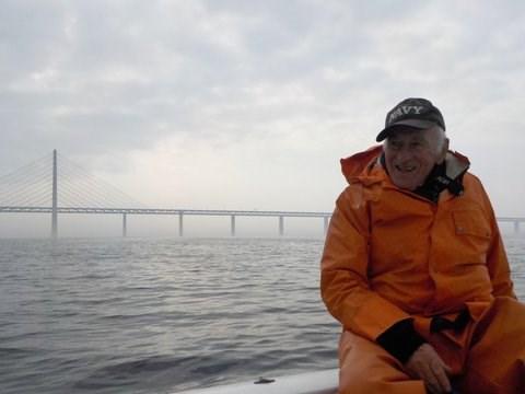 Gl. 'W-sjømann' har roret, da W-reder Thomas tar fotos+video.