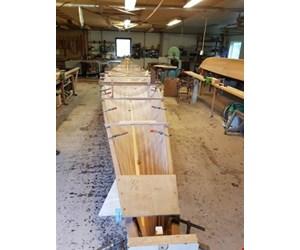 Ny 2 åres træ/finer inrigger robåd på bedding ved Grejsdalens Inriggerværft