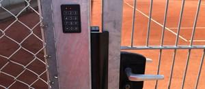 Dørstyring til udendørs tennisbaner